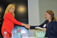 Mikołaj Dla Managera  2016 - Dorota Szlachcic wręcza nagrodę książkową
